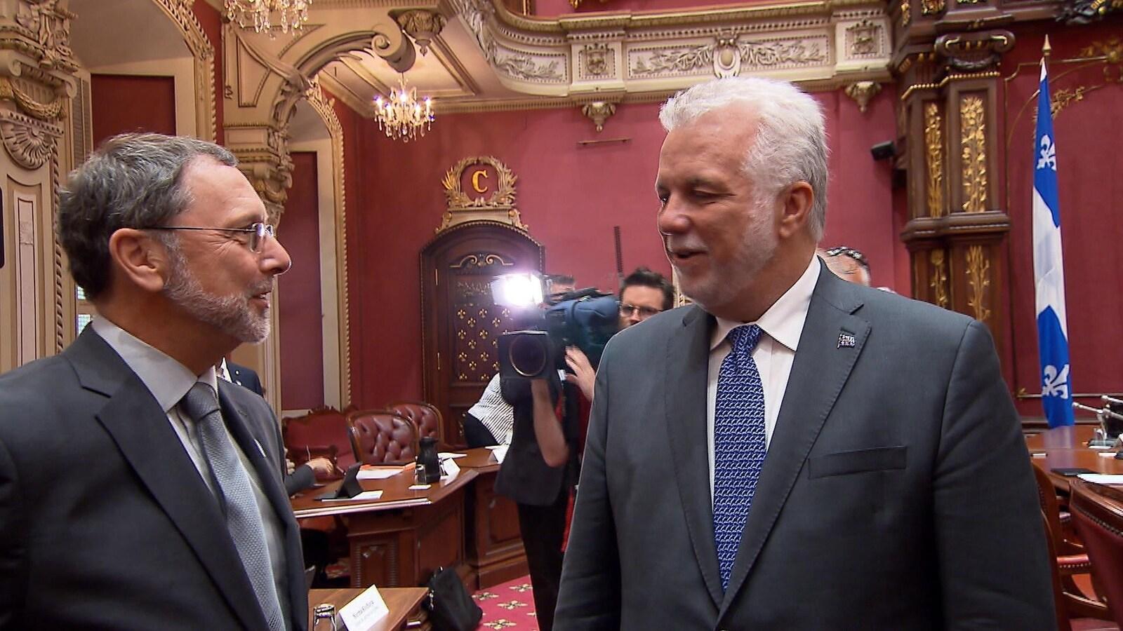 Le premier ministre Philippe Couillard discute avec le PDG du Conseil du patronat Yves-Thomas Dorval.