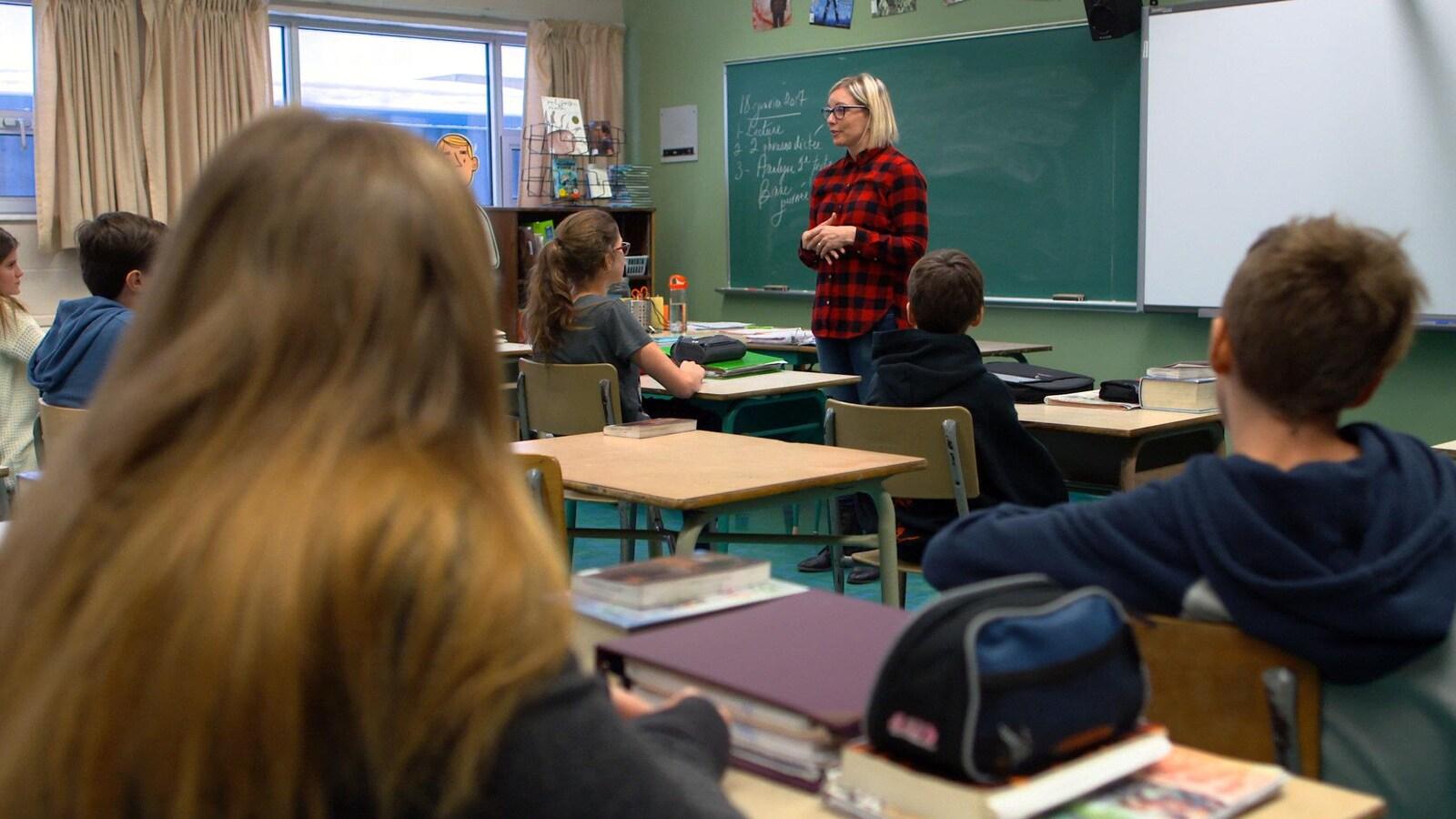 Plan large de l'enseignante Geneviève Beaudry et ses élèves de 2e secondaire