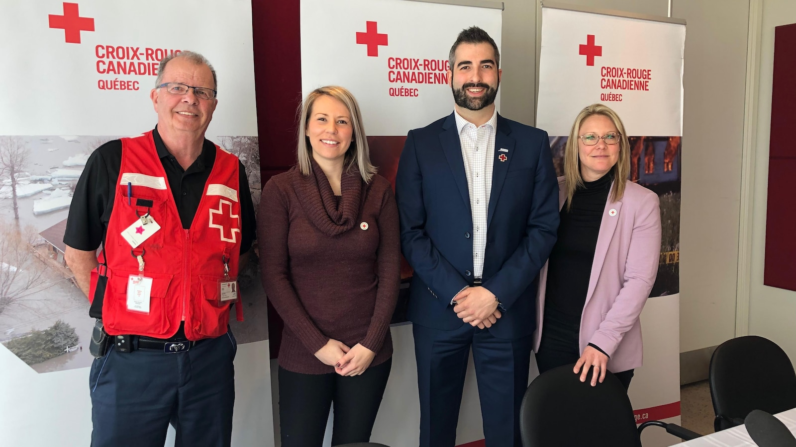 Le président d'honneur Kevin Armstrong entouré de trois responsables de la Croix-Rouge.