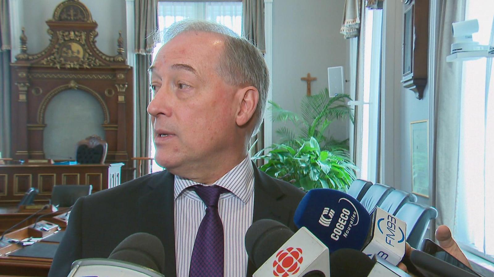 Pas question pour la Ville de Québec d'imiter Montréal — Crucifix