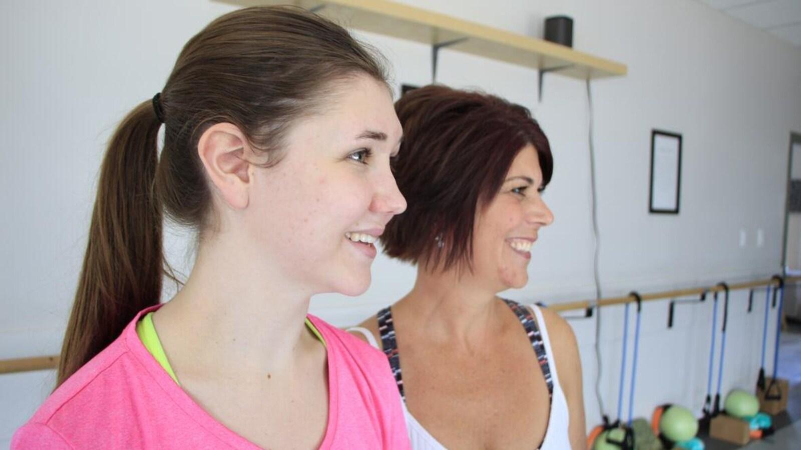 Deux femmes regardent à leur gauche.