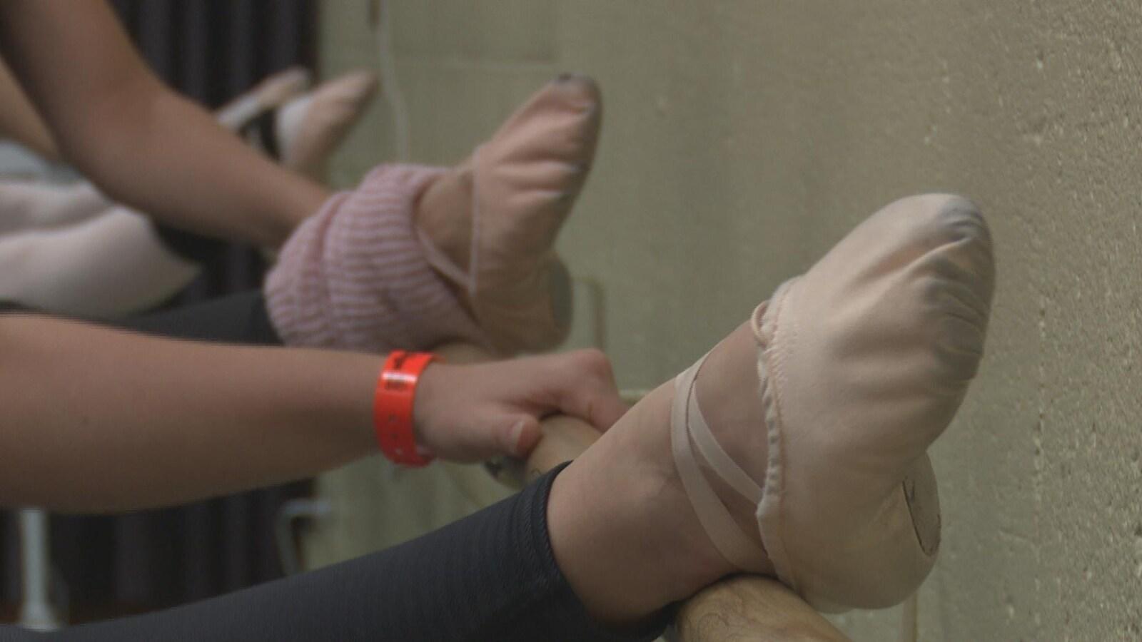 Des pieds de danseuses dans des chaussons de danse