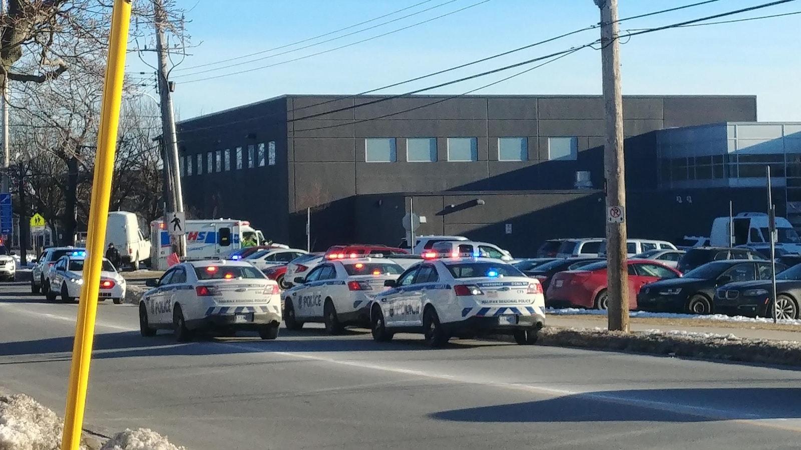 Déploiement policier à l'école secondaire Dartmouth High, le 20 février 2019.