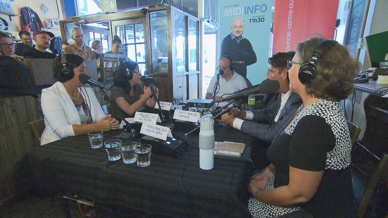 De gauche à droite : la candidate du PQ dans Trois-Rivières, Marie-Claude Camirand, la candidate de la CAQ dans Champlain, Sonia LeBel, Michel C. Auger, le candidat dans Maskinongé pour le PLQ, Marc H. Plante, et la candidate de QS dans Trois-Rivières, Valérie Delage.