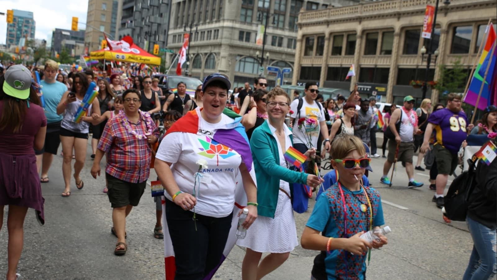 Des milliers de personnes ont pris part au 30e défilé de la fierté à Winnipeg dimanche.