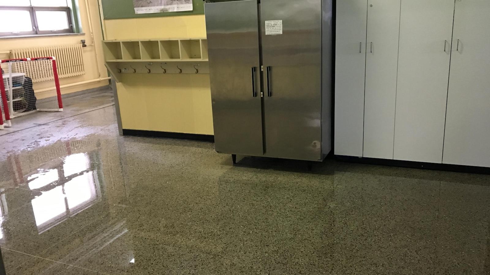 Le plancher de l'école recouvert d'eau