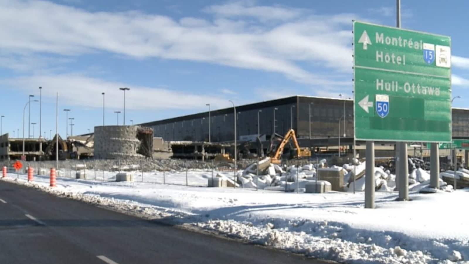 Des pelles mécaniques s'attaquent à la structure de l'ex-aéroport Mirabel.