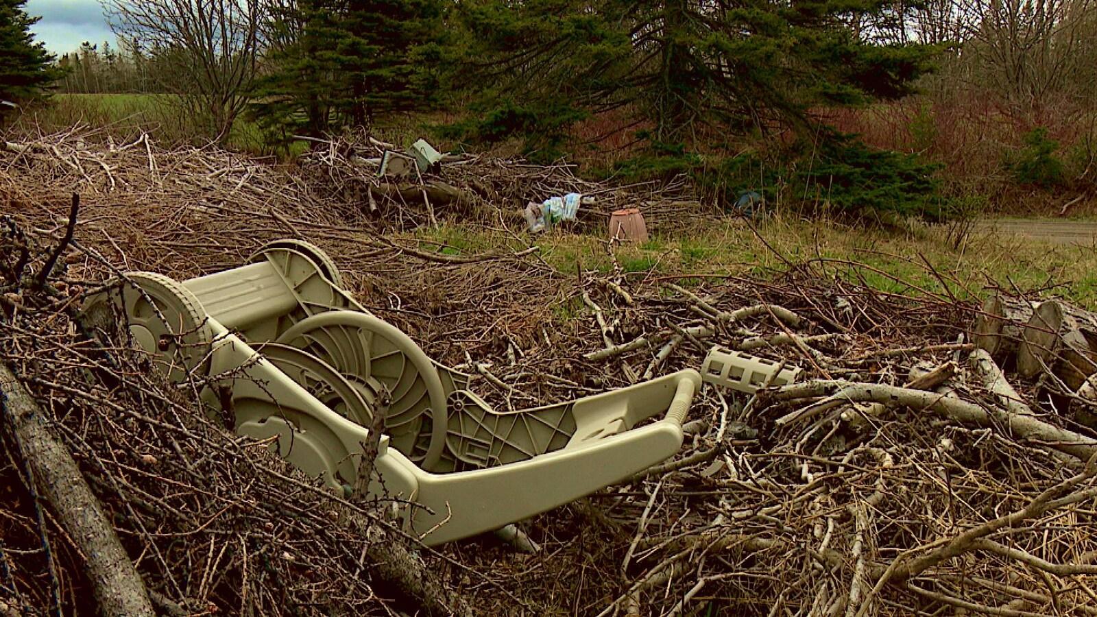 Gros déchets dans la nature.