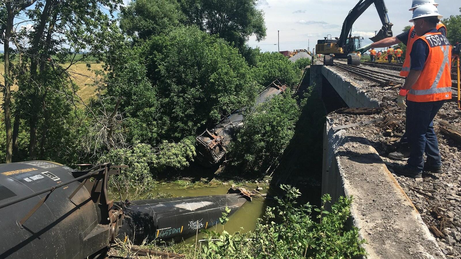 Des wagons de train sont tombés dans une rivière.