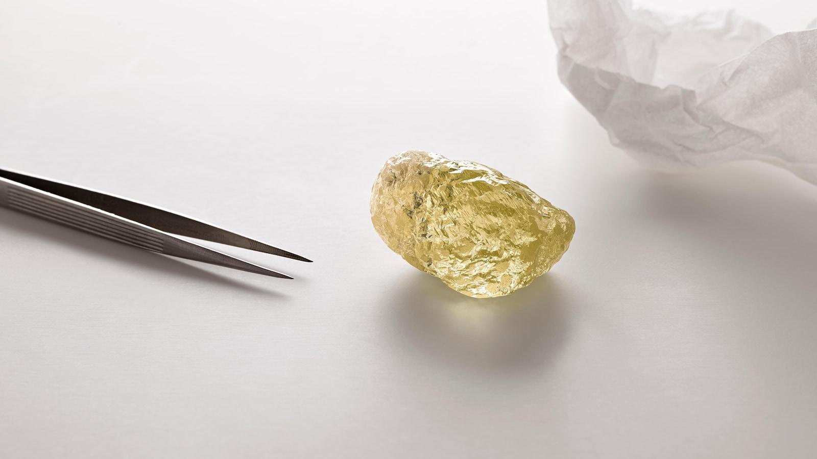 Un diamant jaune de forme inégale et à la surface plissée.