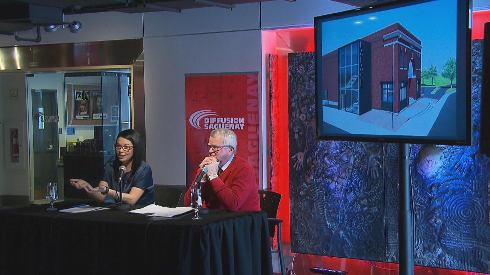 Isabelle Gagnon et Phil Desgagné assis à une table lors de la conférence de presse