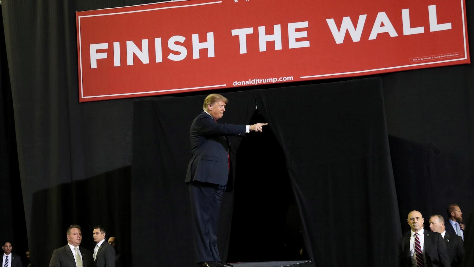Trump veut 8,6 milliards $ pour le mur — Budget