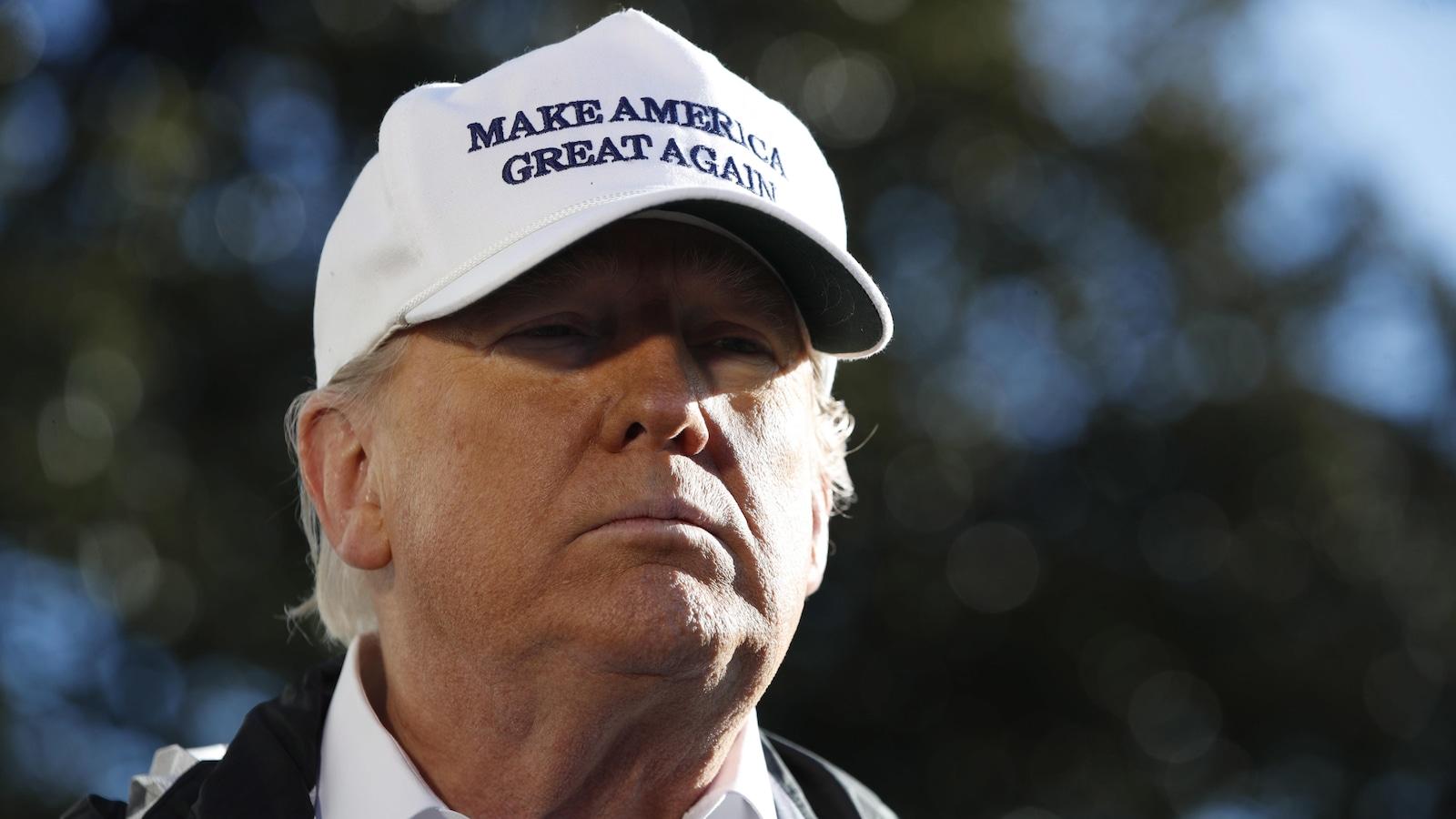 Gros plan du président Donald Trump qui arbore une casquette sur laquelle il est écrit : Make America Great Again »
