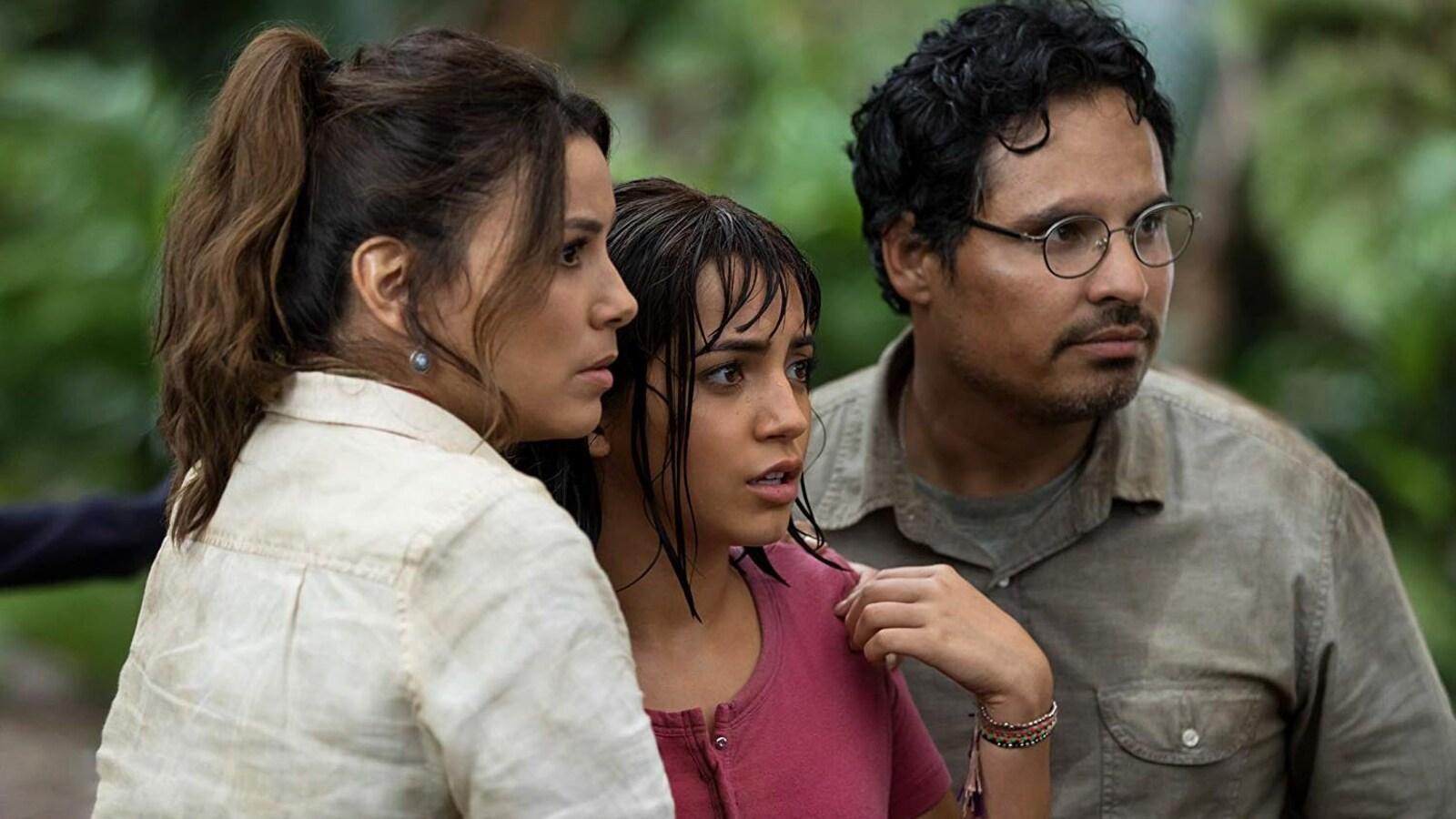 Trois personnes, deux femmes et un homme, sont dans la jungle et regarde quelque chose en hors-champ, avec un regard inquiet.é