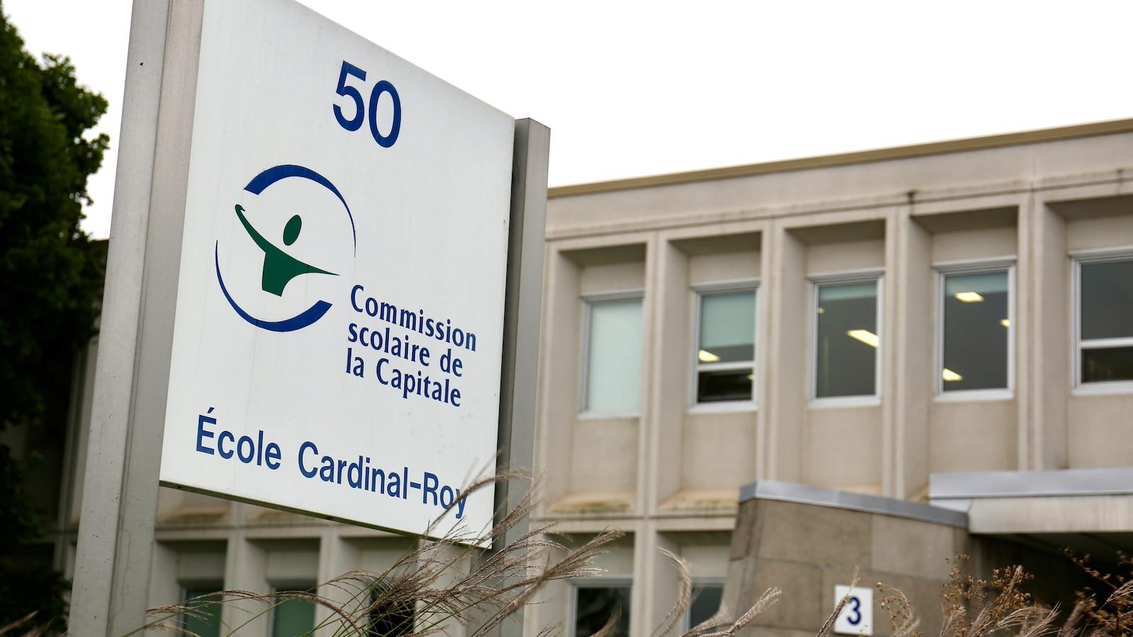 Vue de l'extérieur de l'école secondaire Cardinal-Roy à Québec avec une affiche de la Commission scolaire de la Capitale