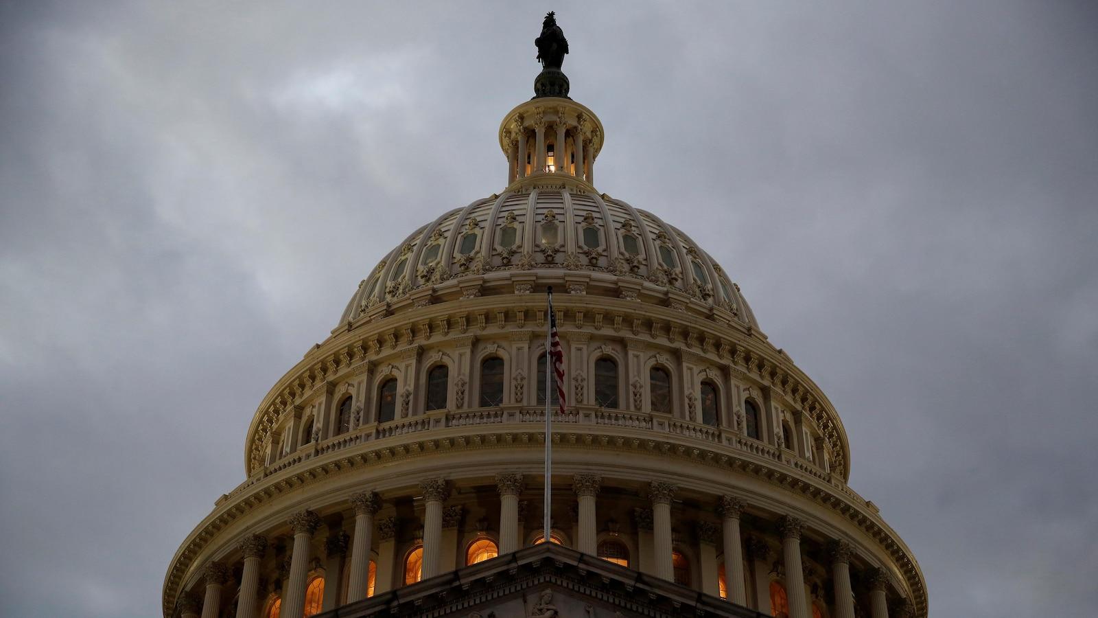 L'édifice du Capitole, sous les nuages, à l'aube.