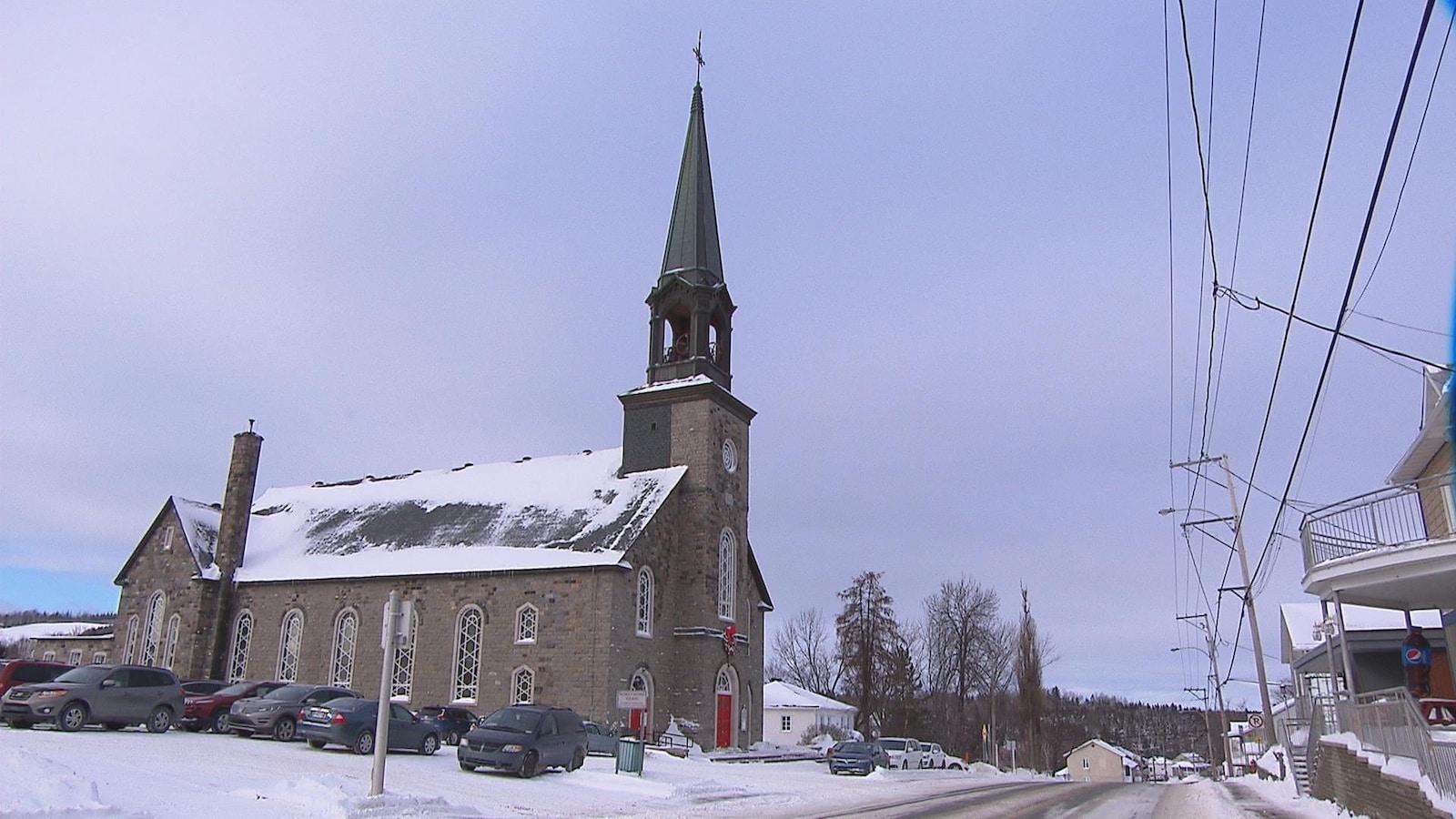 L'extérieur de l'église Sainte-Blandine en hiver