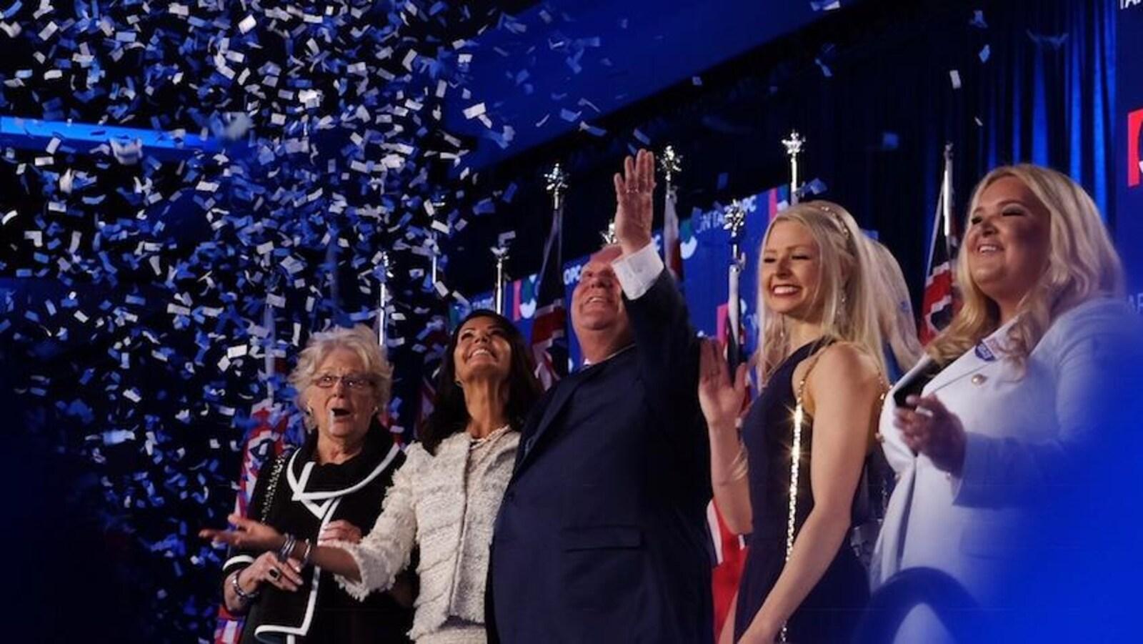 Doug Ford célèbre sa victoire entouré de sa famille.