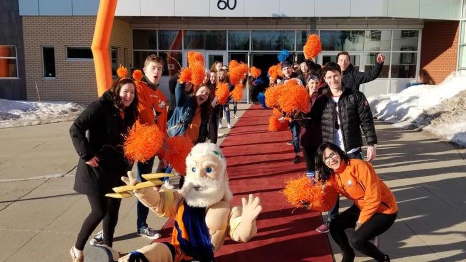 Des élèves enthousiastes qui forment une haie d'honneur devant l'École L'Odyssée.