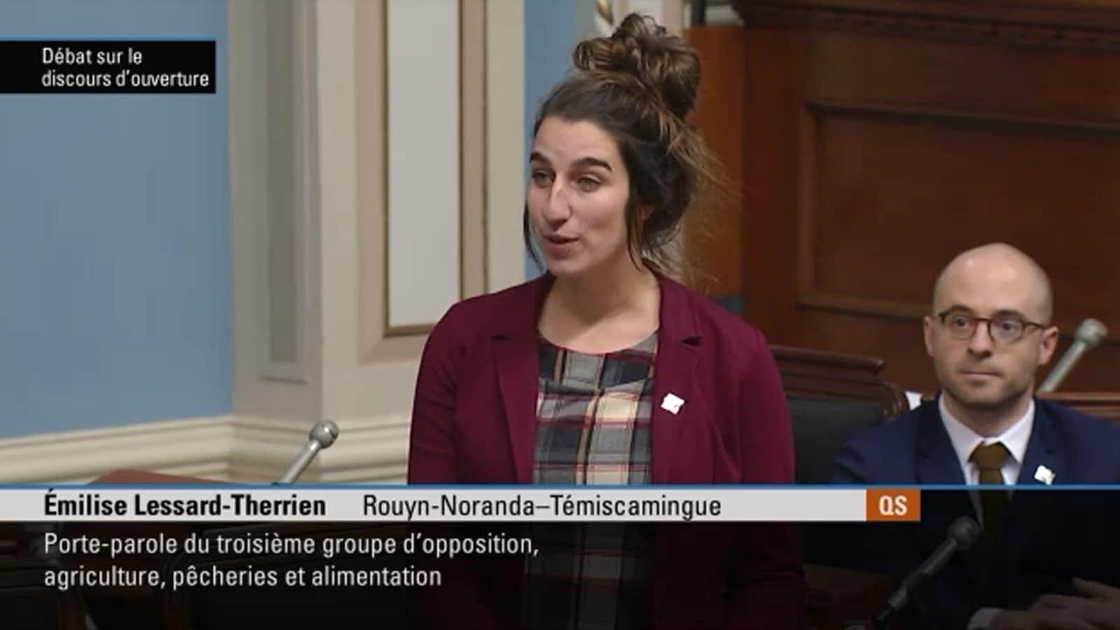 La députée Émilise Lessard-Therrien livre un discours à l'Assemblée nationale.