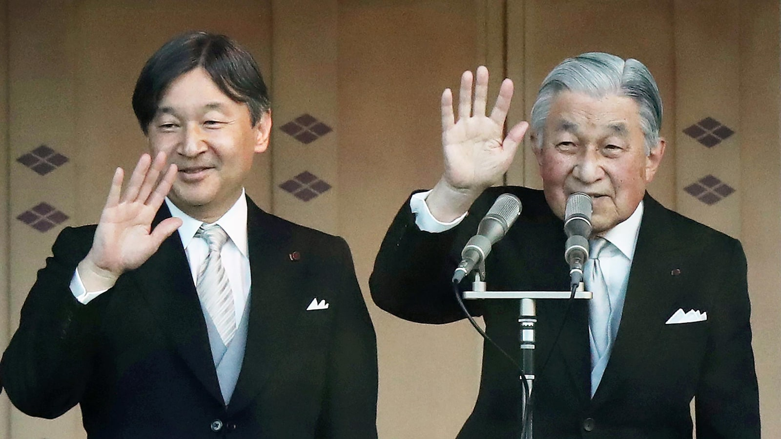 Le prince Naruhito et son père, l'empereur Akihito, lors de la cérémonie du Nouvel An 2019.