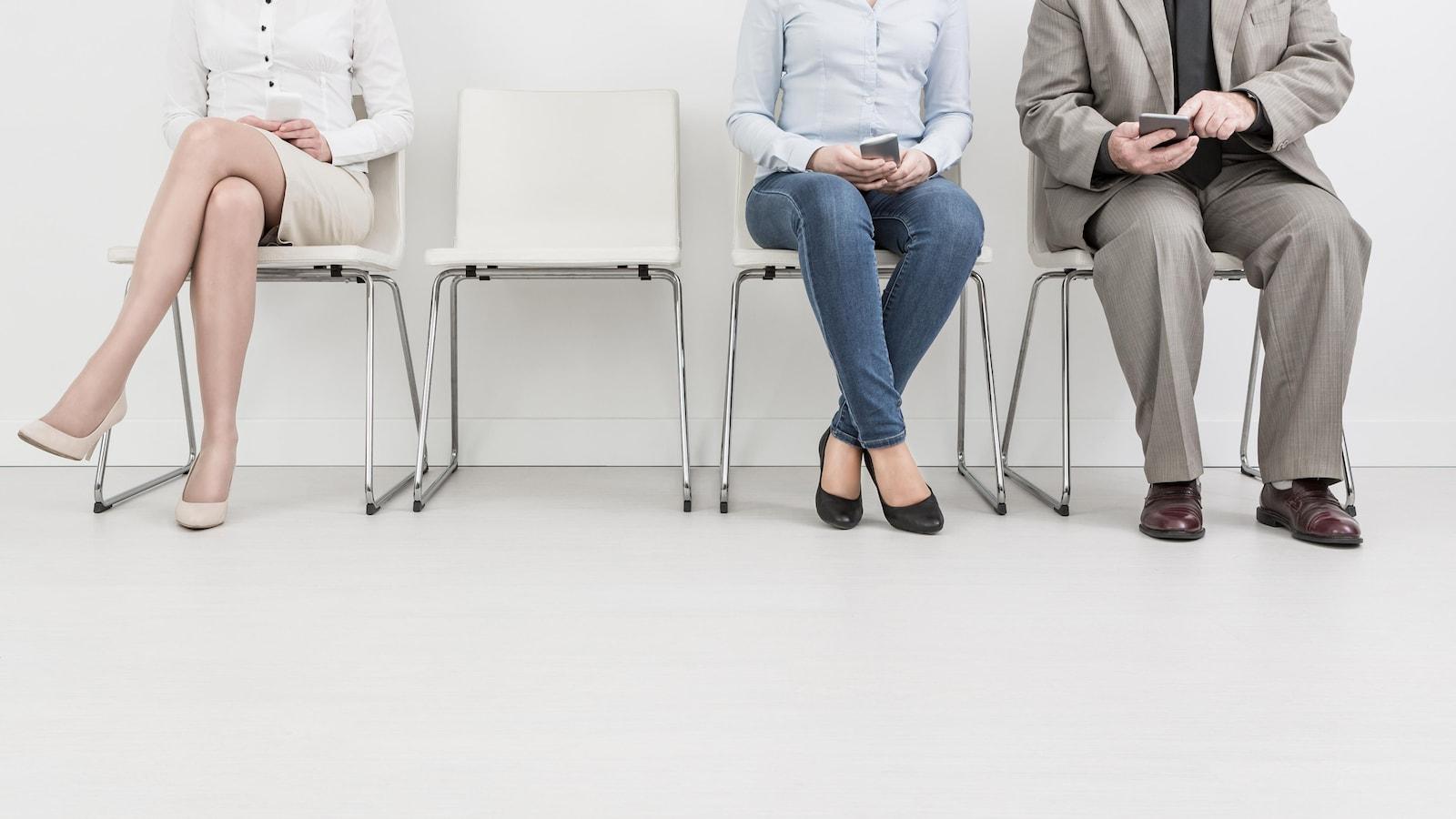 Trois personnes attendent pour une entrevue.