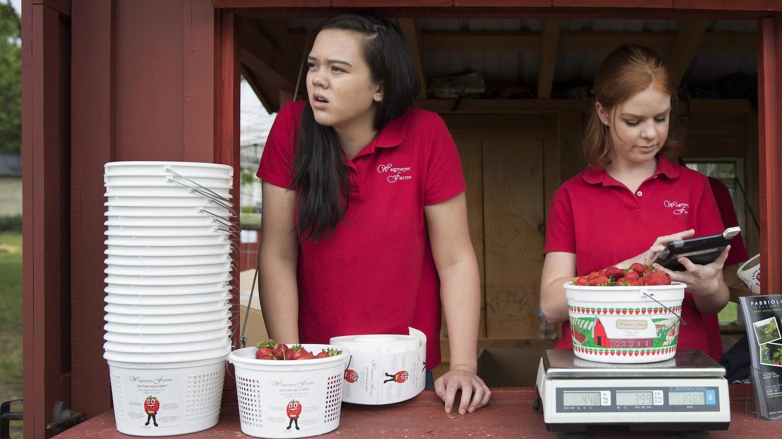 Deux étudiantes dans un kiosque.
