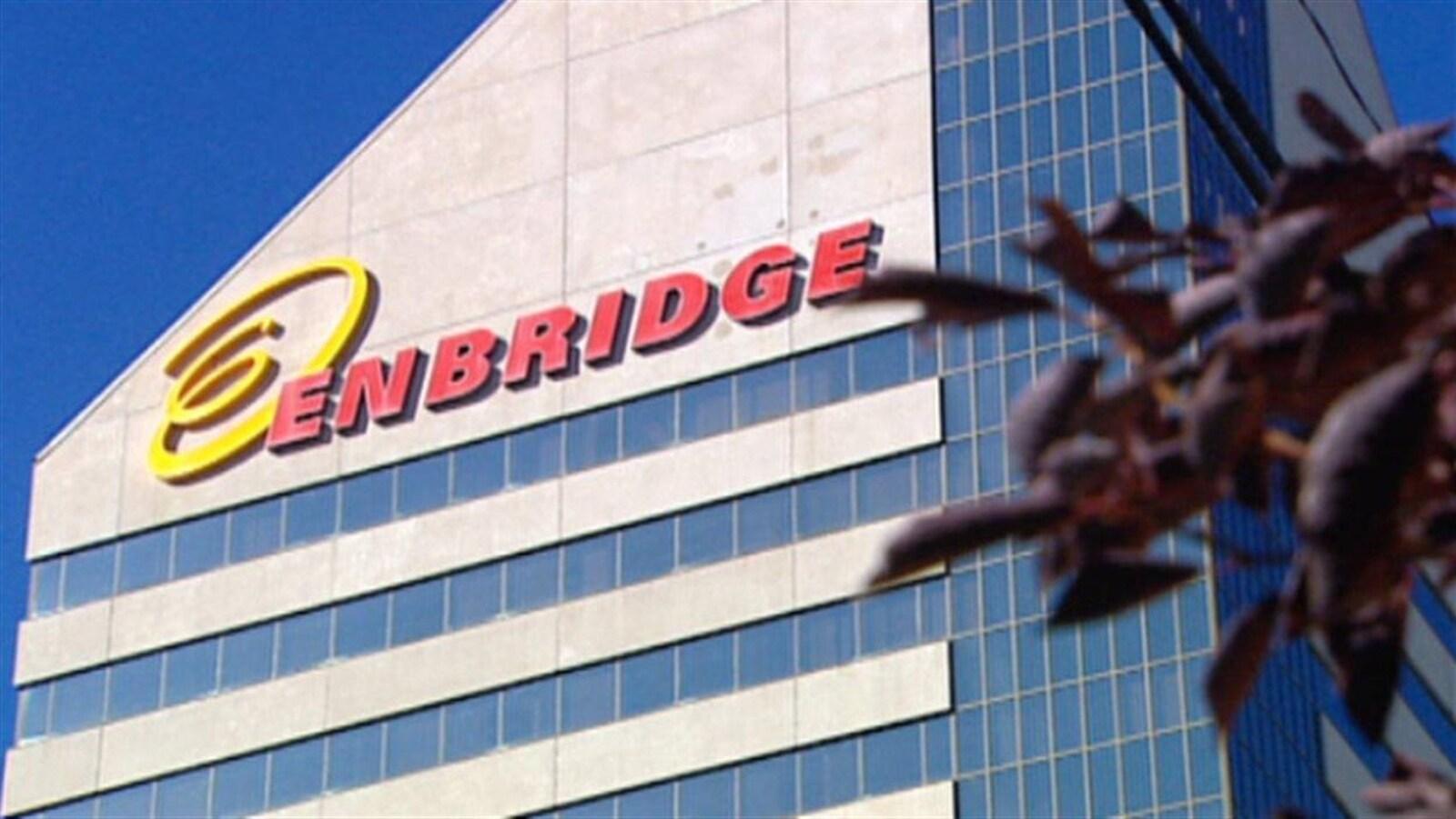 Façade d'un bâtiment de Enbridge avec son logo.