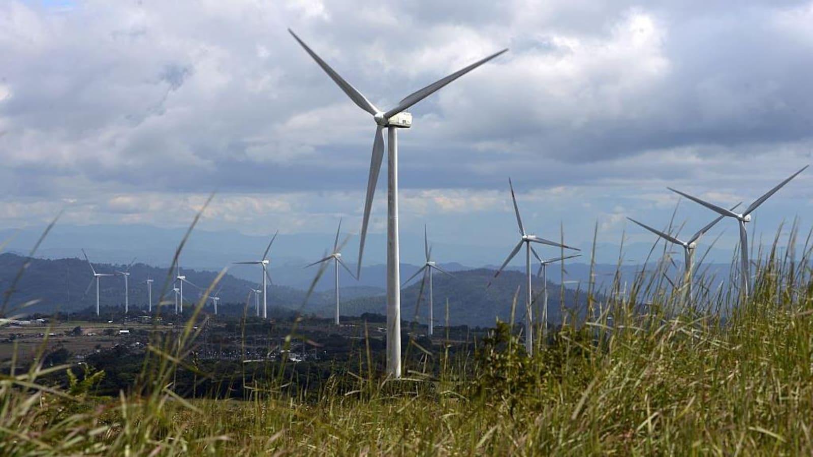 Plusieurs éoliennes dans une vallée