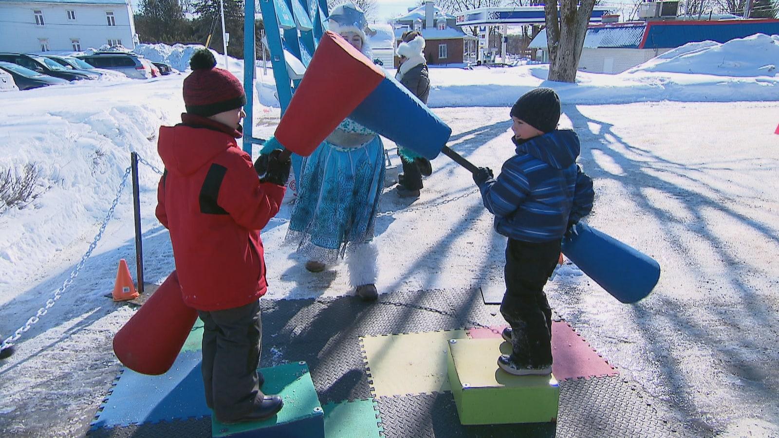 Des enfants qui s'amusent dans un terrain de jeux sur le site du Carnaval de Québec