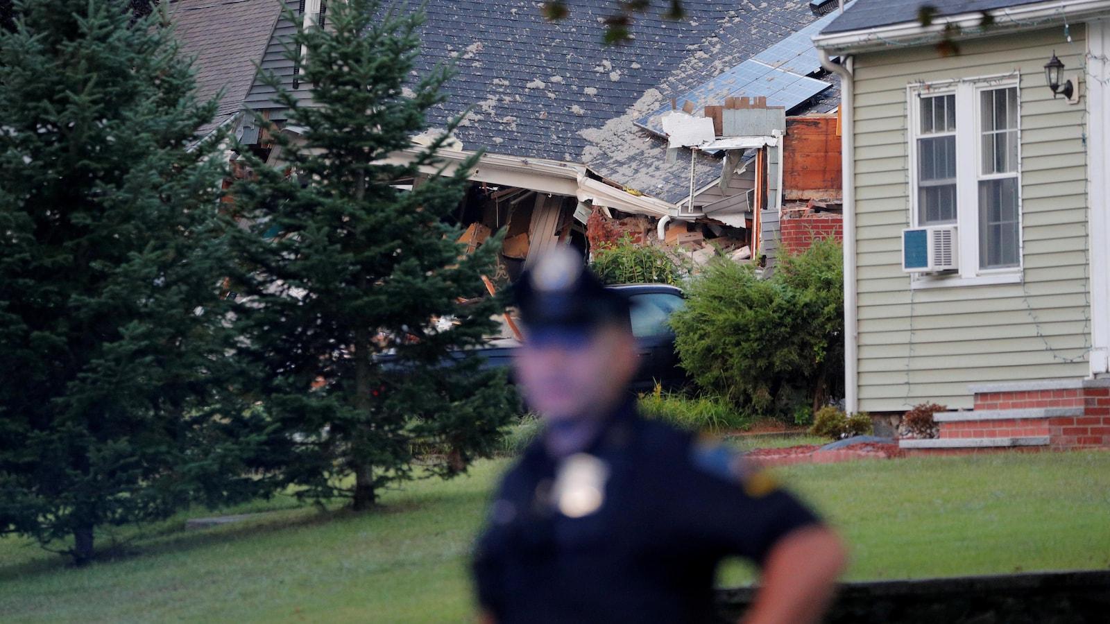 Un policier devant une maison.