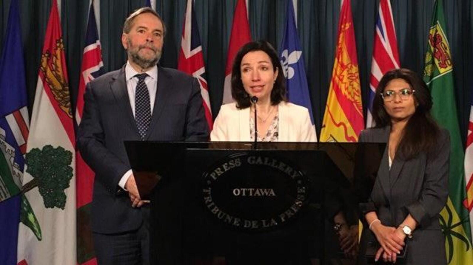 Ensaf Haidar en point de presse aux côtés de la chef du Bloc québécois, Martine Ouellet, et de l'ex-chef du NPD Thomas Mulcair.