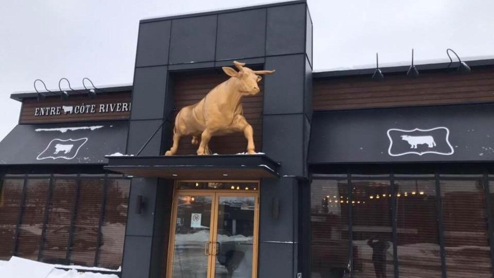 Le restaurant de l'extérieur.