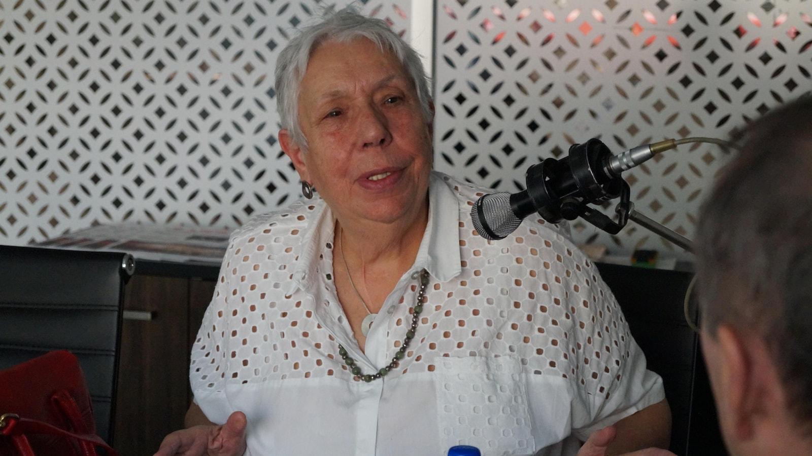 Catherine Héau-Lambert en train de parler au micro.