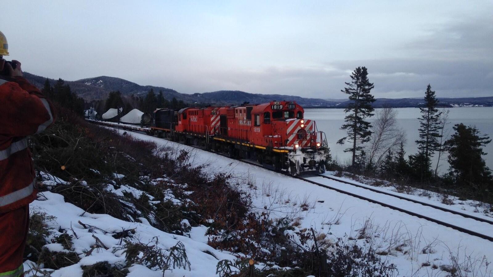 Le convoi en chemin vers Matapédia, où il joindra le train du Canadien National.