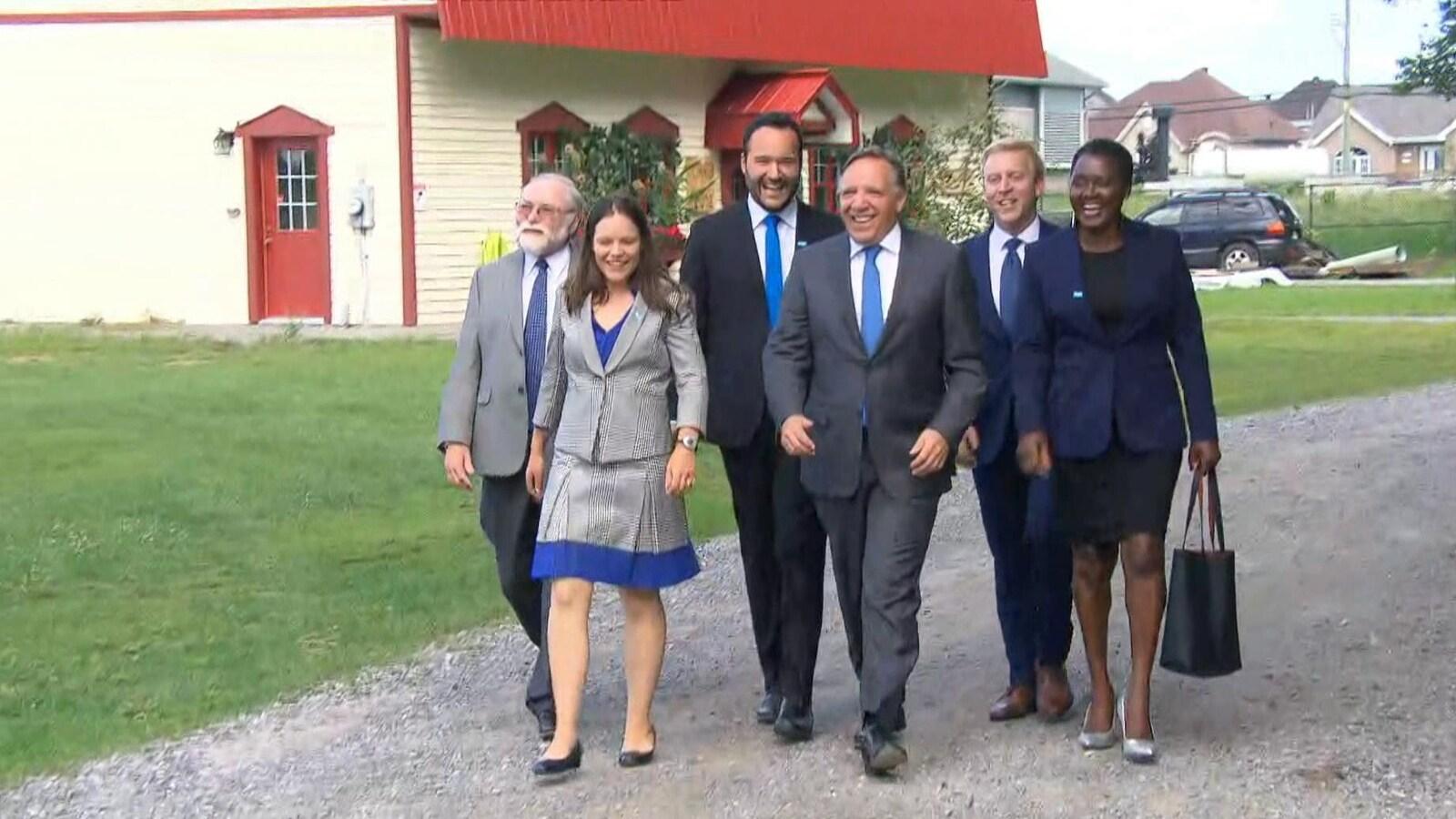 François Legault entouré des candidats de l'Outaouais.