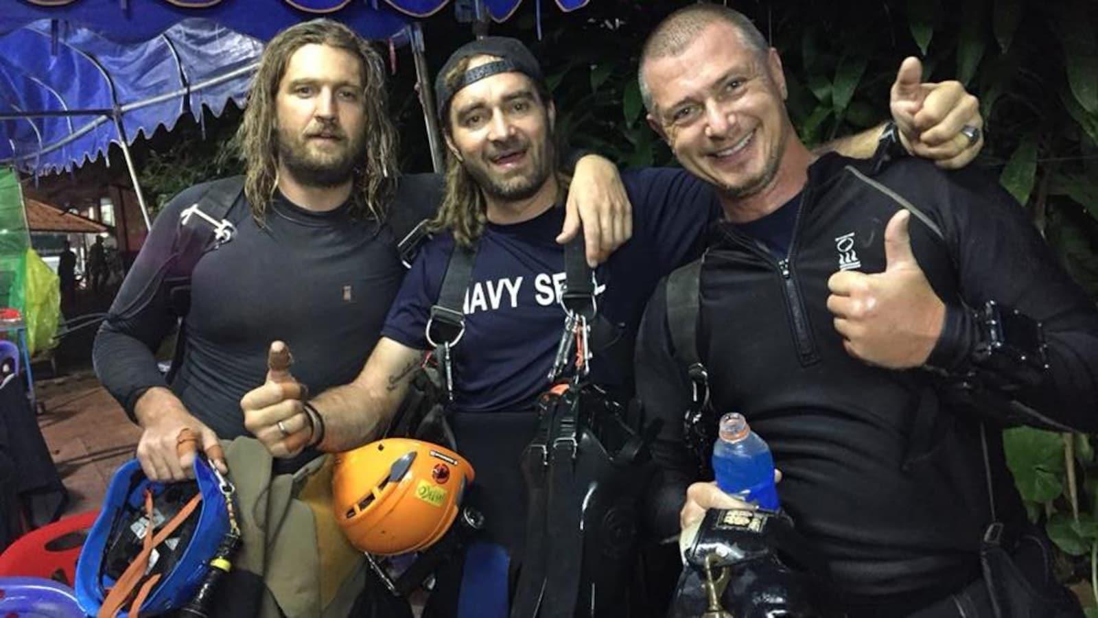 Trois hommes en combinaison de plongée.