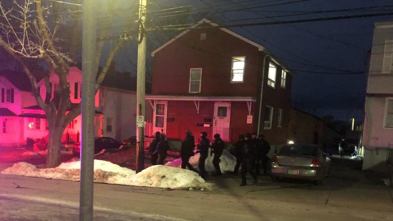 L'escouade tactique défile lundi soir dans un quartier résidentiel.