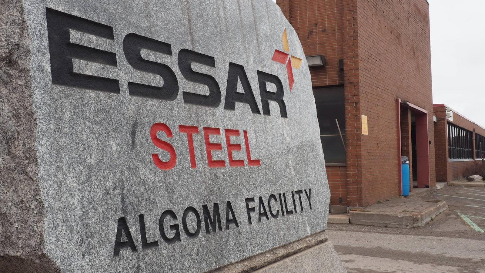Essar Steel gravé dans une roche à l'entrée de l'usine à Sault-Sainte-Marie.