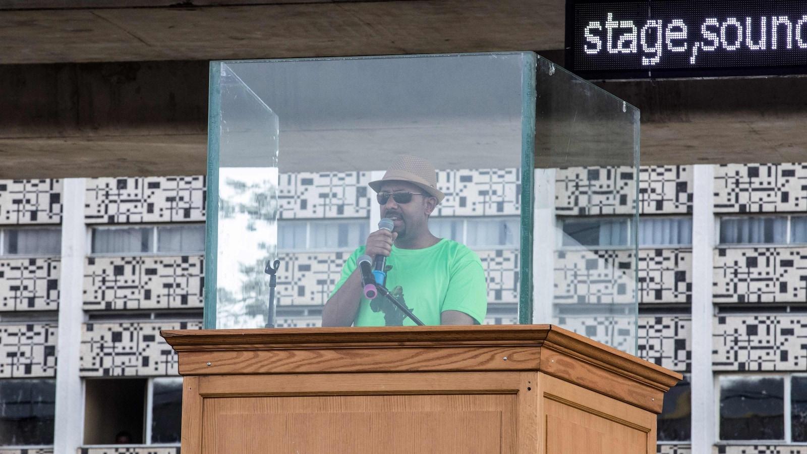 Abiy Ahmed est la première personne issue de l'ethnie Oromo à diriger l'Éthiopie. On le voit ici livrer un discours, samedi, peu avant l'attentat à la grenade qui le visait.