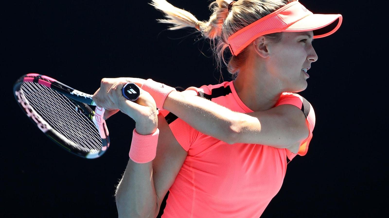 Vêtue entièrement de rose, Eugenie Bouchard tient sa raquette à deux mains.