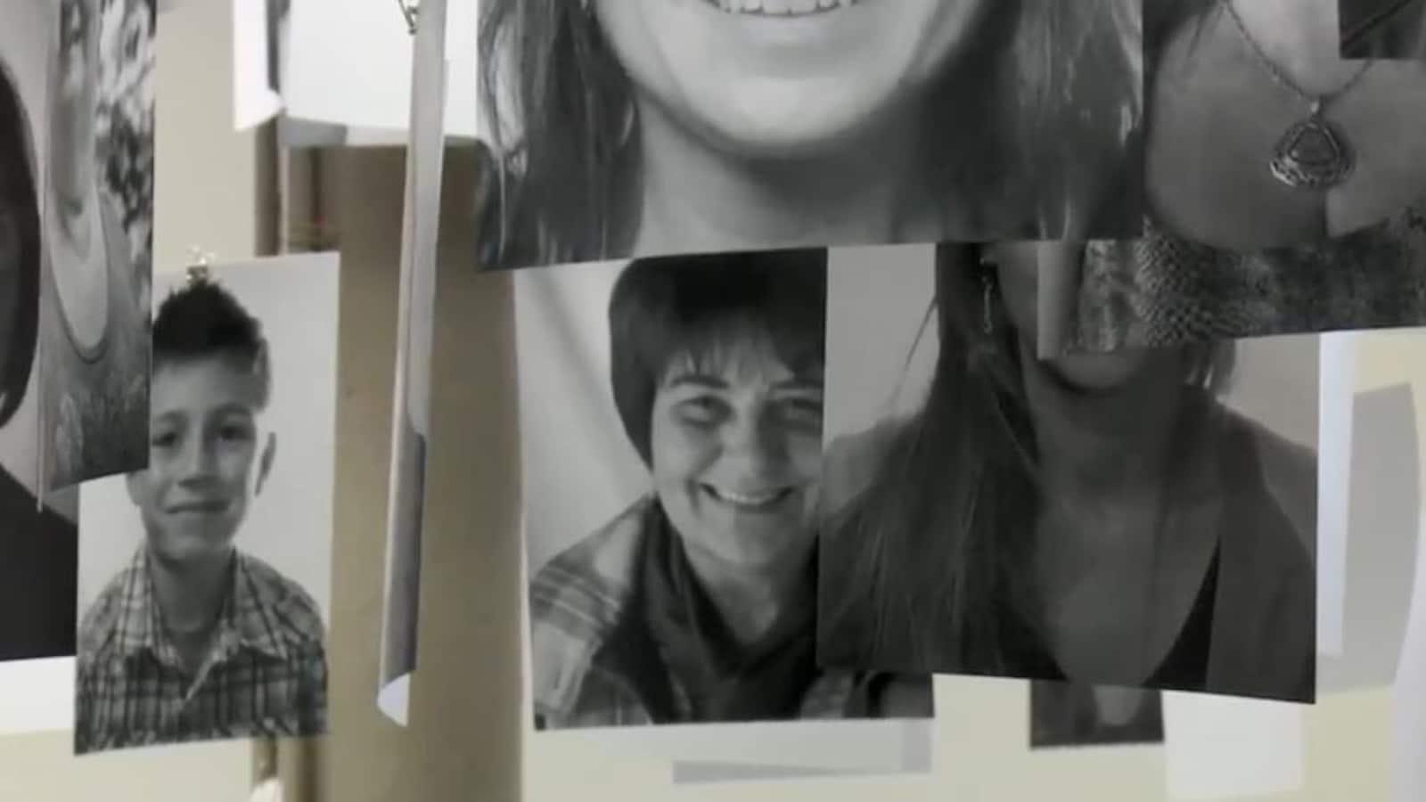 Des portraits en noir et blanc suspendus au plafond.