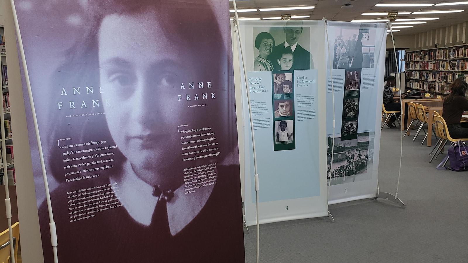 Des panneaux de l'exposition. À lLavant-plan, le panneau montre le visage d'Anne Frank.