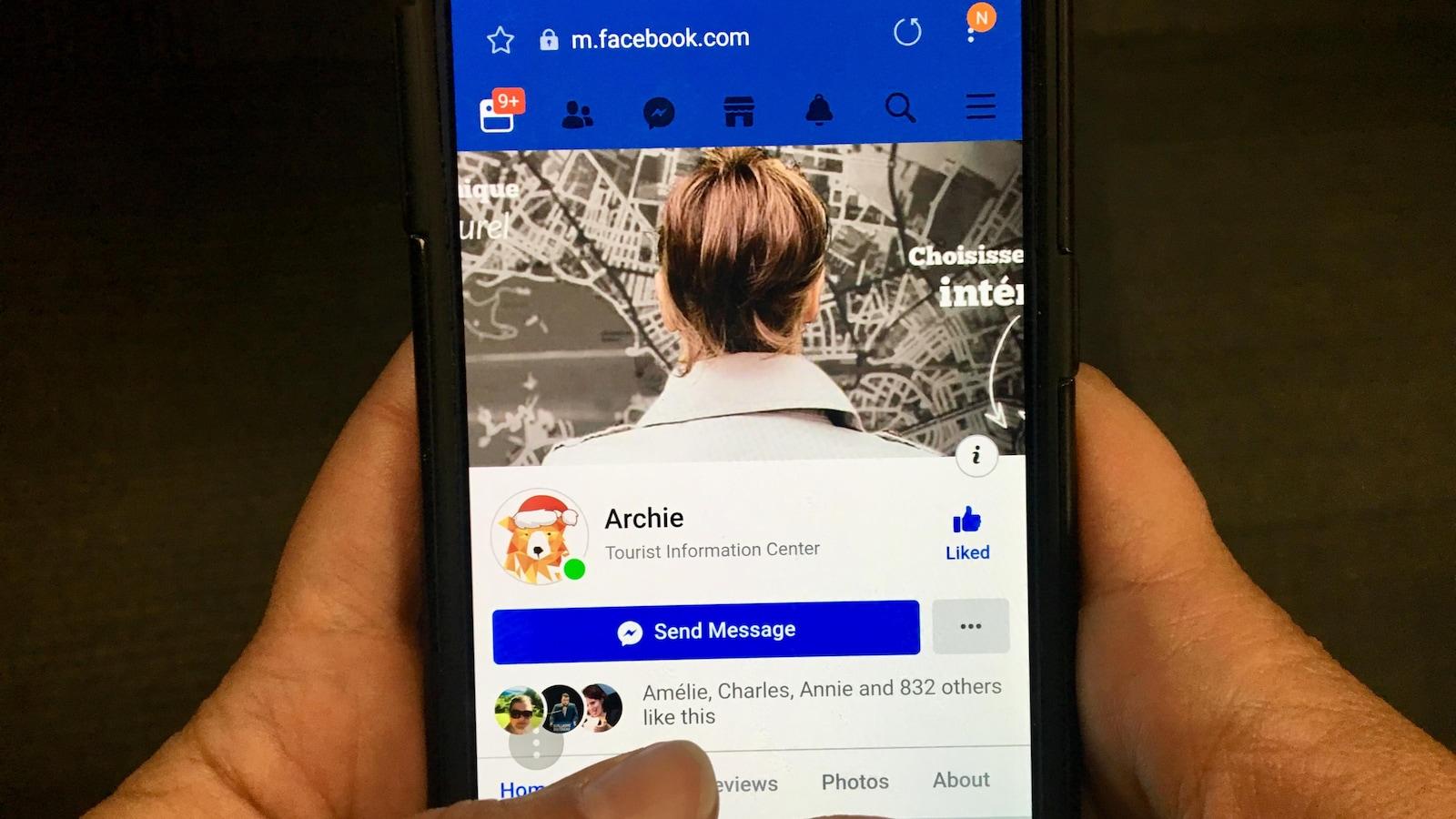 Un téléphone cellulaire sur lequel on voit la page Facebook d'Archie.