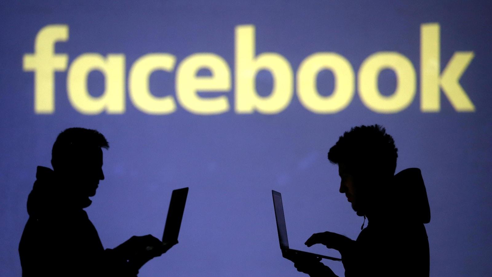 Des silhouettes de personnes devant un logo Facebook.