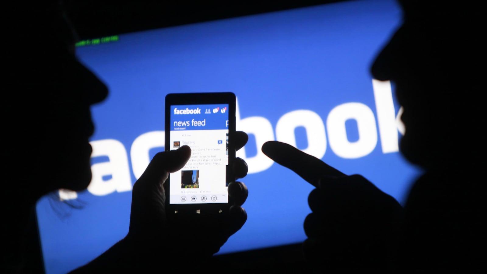 Facebook sur un téléphone cellulaire.