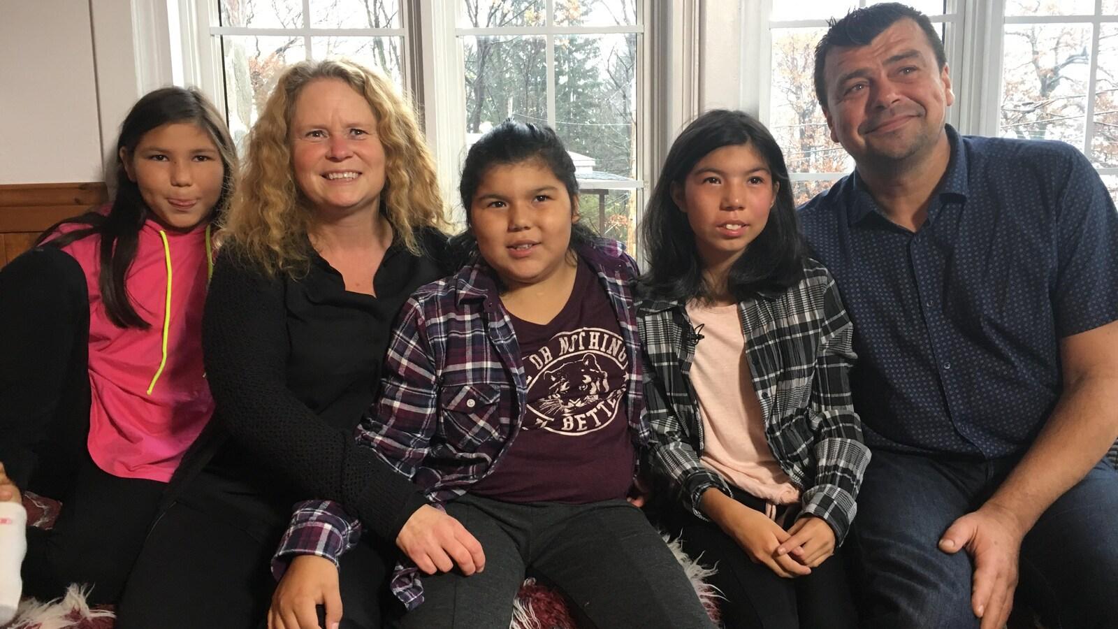 Un couple a adopté trois soeurs aux prises avec des problématiques reliées à l'alcoolisme fœtal.
