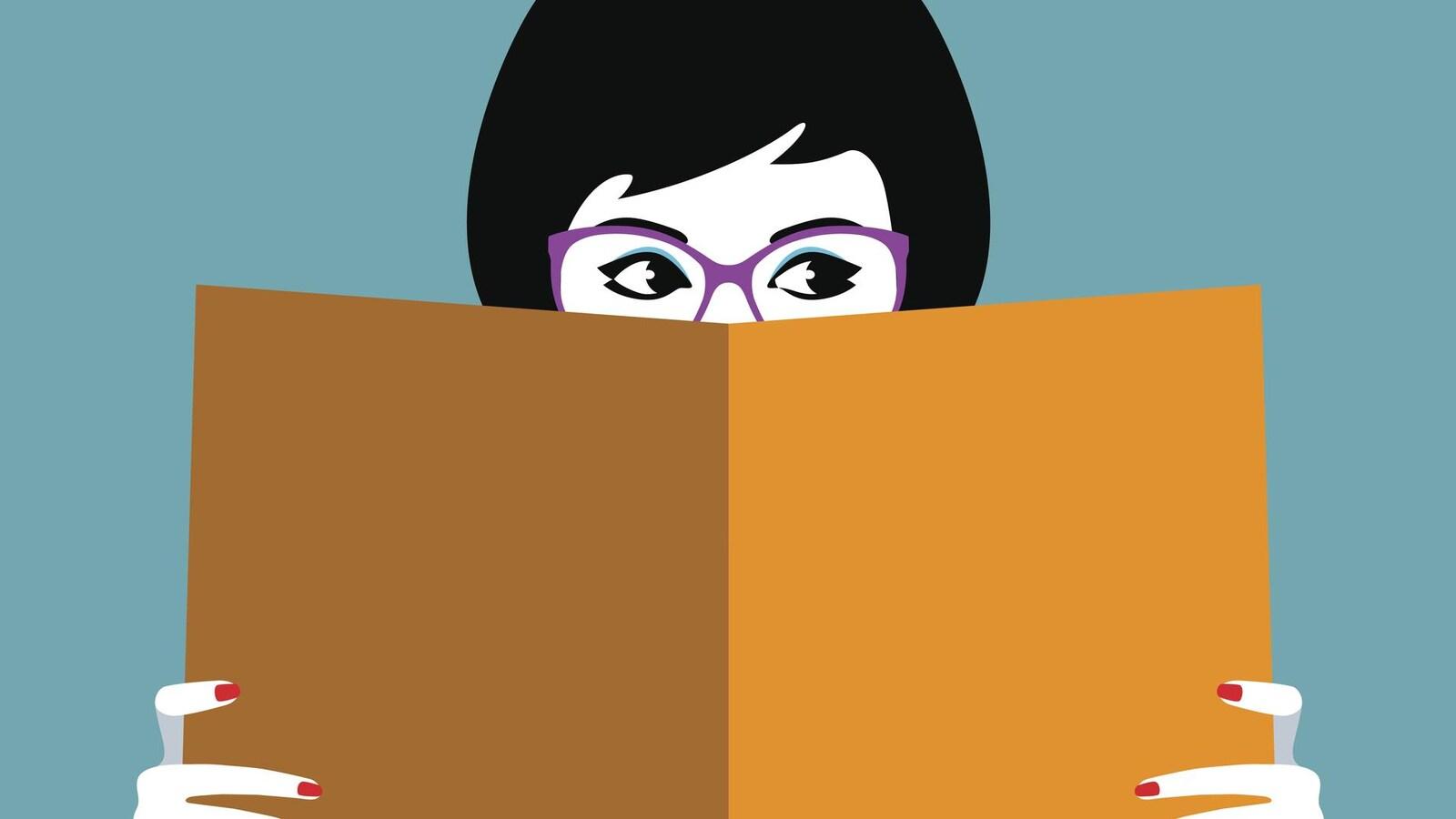 Dans une illustration, une jeune femme aux cheveux noirs cache la moitié de son visage derrière un grand livre.