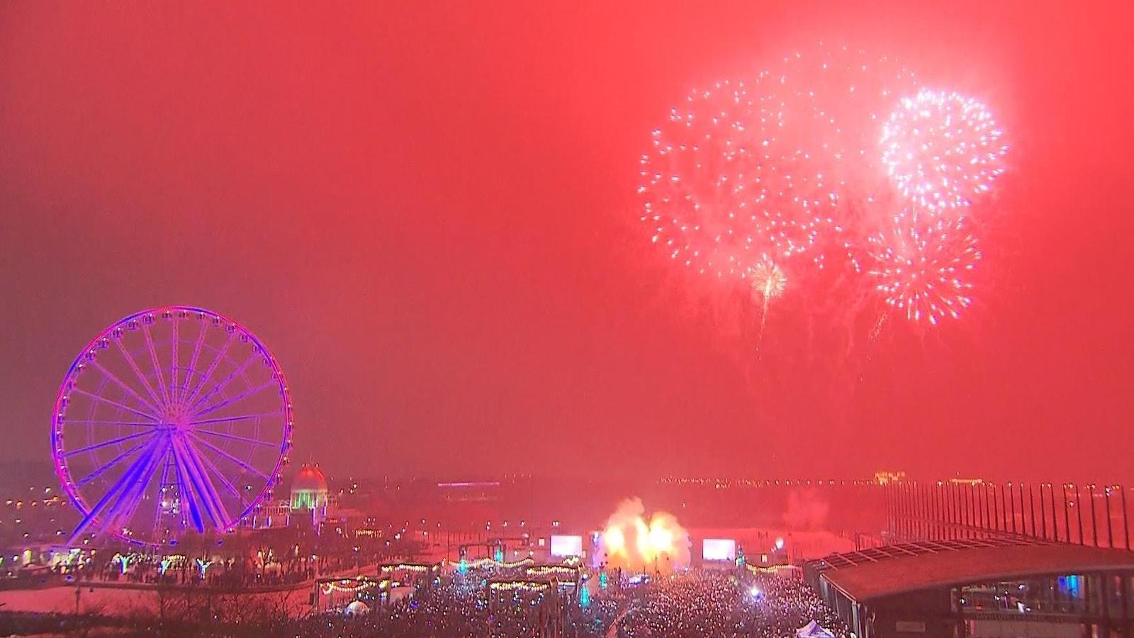 Un feu d'artifice illumine le ciel.