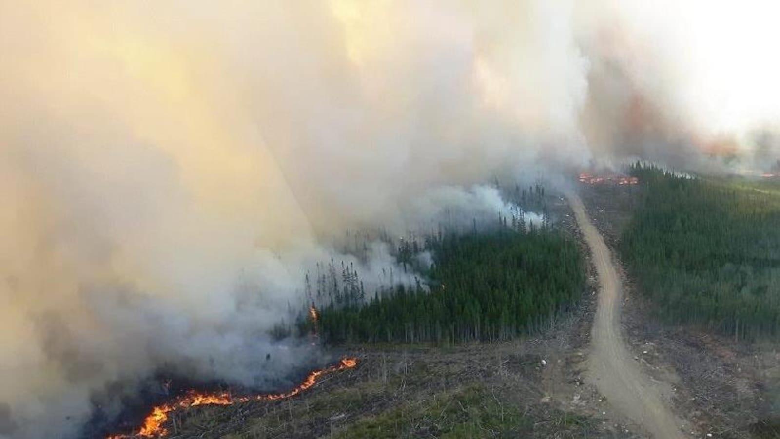 Une photo aérienne montrant une partie du feu du secteur de Labrieville et la fumée qu'il dégage.